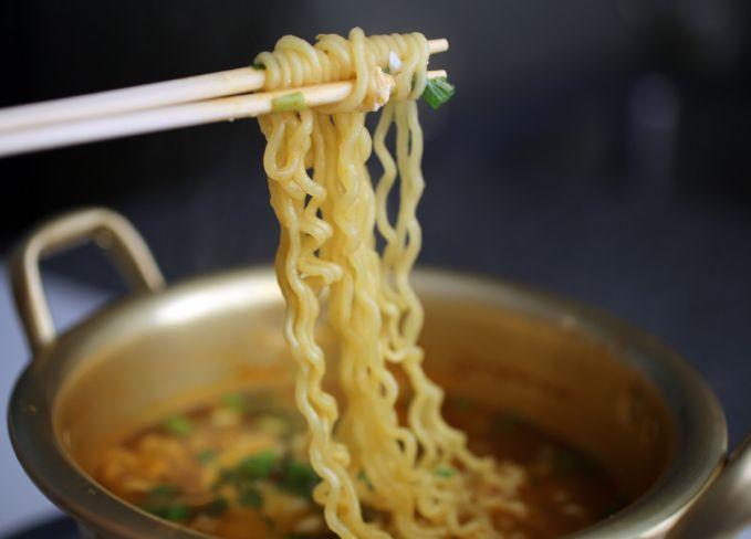 Mie Instan Salah satu makanan alternatif saat telat makan sahur. Tapi jangan keseringan ya, Pulsker, nggak baik buat kesehatan.