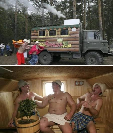 Kini sauna nggak harus di spa lho, di truk tua pun bisa tuh. Seperti truk yang diberi nama 'The Mobile Sauna' ini pulsker. Kalian bebas mau sauna di pinggir jalan sesuka hati.