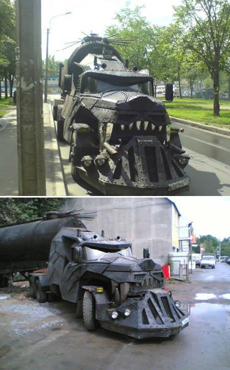 Pasti kalian langsung keingat sama film Mad Max pas ngeliat truk satu ini. Ya, truk garang tersebut diberi nama 'Iron Wolf' yang dirancang dan dibangun oleh sekelompok bikers di Rusia pulsker.