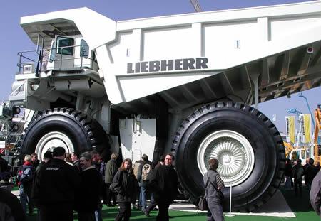 Liebherr adalah perusahaan yang khusus merancang dan membangun alat berat pulsker. Salah satu produknya adalah Liebherr T282B ini yang dinobatkan sebagai truk terbesar di dunia. Berat kosongnya saja mencapai 203 ton dan beban maksimumnya adalah 592 ton serta mampu menampung beban 365 ton. Harganya dibanderol 3.5 juta dolar. Mau beli?.