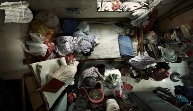Gambar pertama sudah memperlihatkan betapa sempitnya kamar sewa di Hongkong.