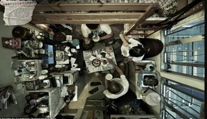 Semua barang ditumpuk menjadi satu dalam satu kamar sempit ini.