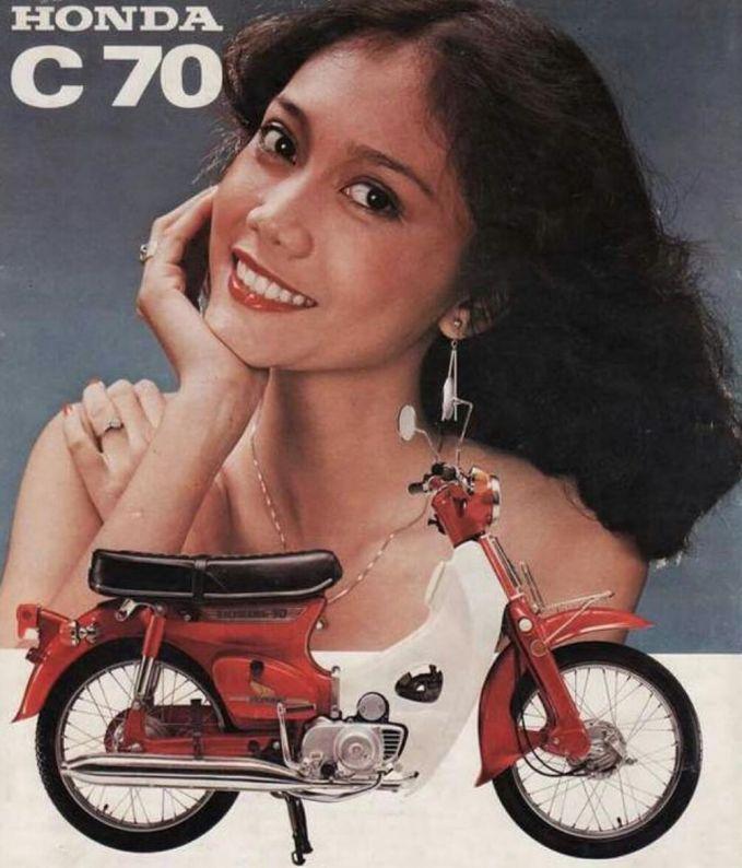 Begini penampilan artis Okky Asokawati jaman dulu saat dia membintangi iklan salah satu merek motor kenamaan.