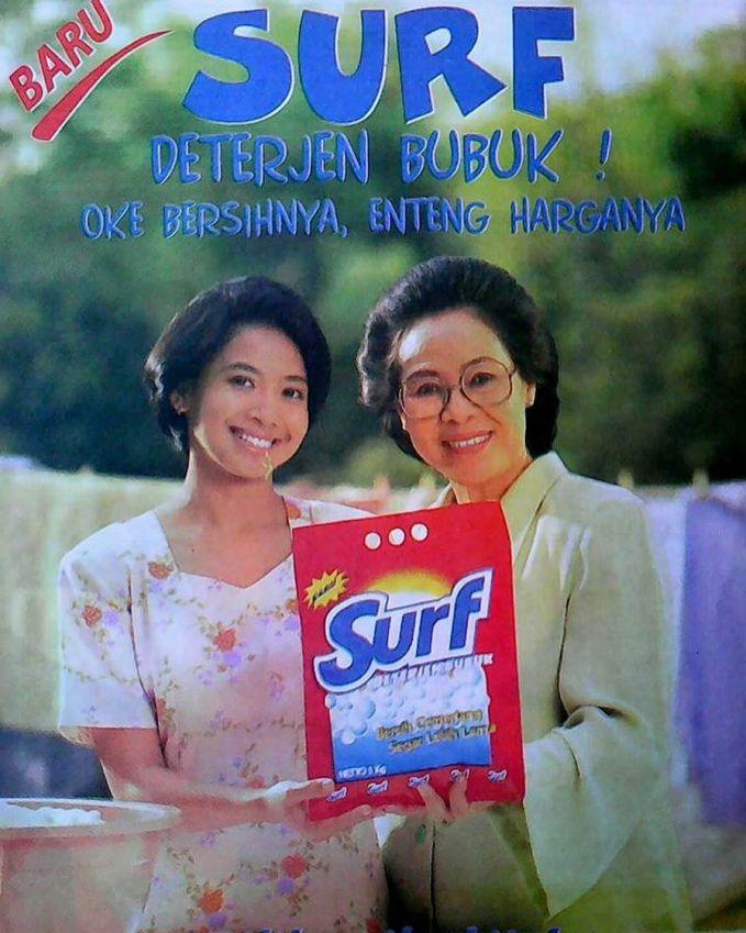 Tante Feni Rose pas masih mudanya rambutnya pendek dan penampilannya ibu-ibu rumah tangga banget tuh di iklan deterjen.