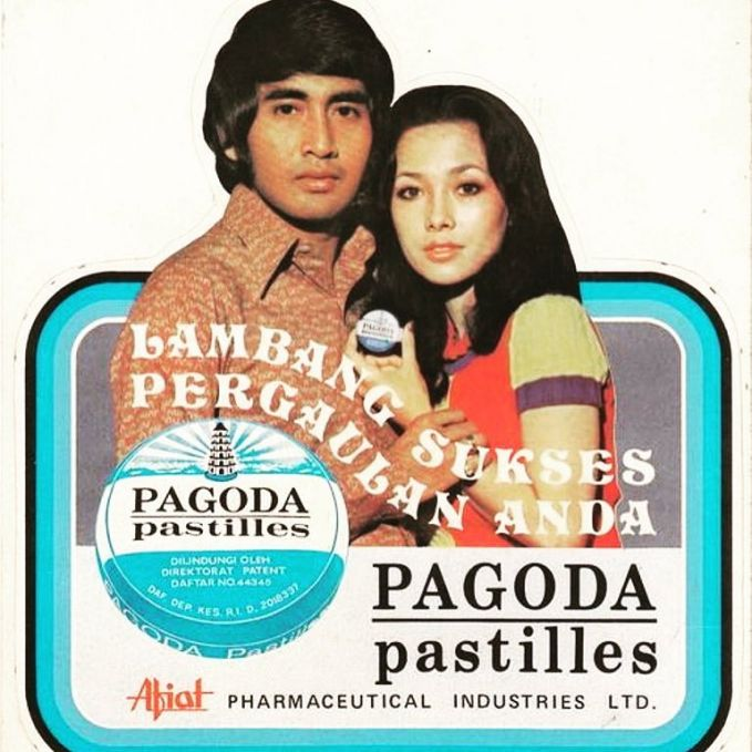 Ini nih pasangan serasi di jamannya, almarhum Sophan Sophian dan Widyawati di iklan permen. Romantis banget ya posenya pulsker?.