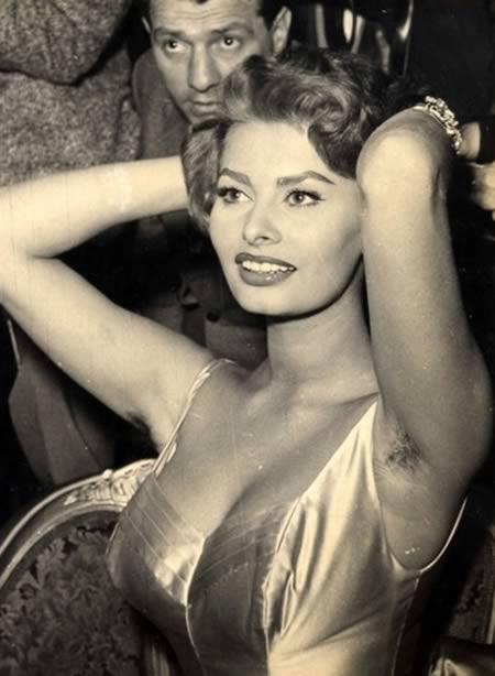 Kalau pas lagi kumpul, pasti kalangan sosialita pakai pakaian yang glamor pulsker. Salah satunya adalah Sophia Loren, enak-enak ngumpul pas dia angkat tangan eh keliatan deh bulu keteknya.