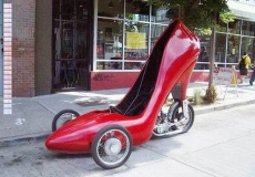 Pertama ada mobil super unik yang terinspirasi dari high heels nih pulsker. Dengan warna merah eksotis. Tapi ini cuma muat buat satu orang aja.