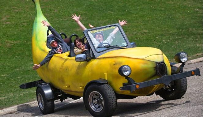 Kalau yang muat sekeluarga mobil pisang ini. Cocok banget buat liburan di akhir pekan sambil nge-drift nih.