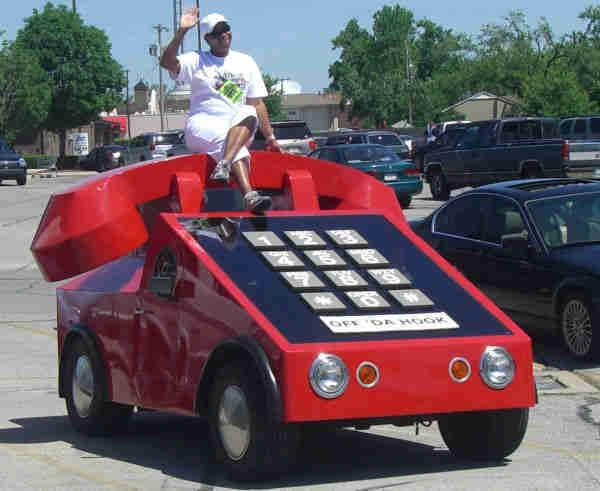 Buset, kalau teleponnya segede gini orangnya kayak gimana tuh?. Tapi ini bukan telepon pulsker, melainkan mobil.