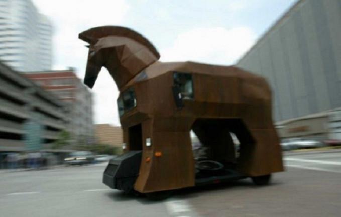 Pasti bakalan heboh banget nih dijalanan kalau ada kuda raksasa segede ini yang lewat. Apalagi dia bermesin tuh.