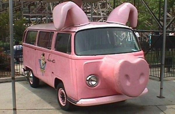 Mobil VW ala-ala boneka piggy berwarna pink ternyata jadi kendaraan wisata lho di wilayah Jerman dan Eropa lainnya. Siapa minat?.