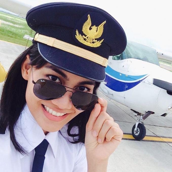 Kacamata aviator emang khas kacamata pilot banget pulsker. Apalagi kalau dipakai oleh mbak Mellisa Anggiarti, jadi makin menawan deh. Mellisa adalah lulusan sekolah pilot pilot Bali International Flight Academy atau BIFA pulsker.
