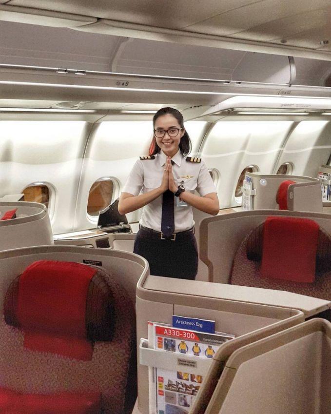 Setelah mbak Mellisa, ada juga mbak Sarah Widyanti K. Ramah banget ya wajahnya pulsker?. Beruntung banget deh kalau kalian naik pesawat pilotnya dia.