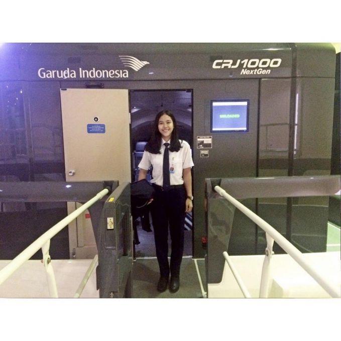 Ada juga sosok mbak Tania Artawidjaya. Foto dengan latar belakang tulisan Garuda Indonesia jadi makin berkarakter nih pulsker.