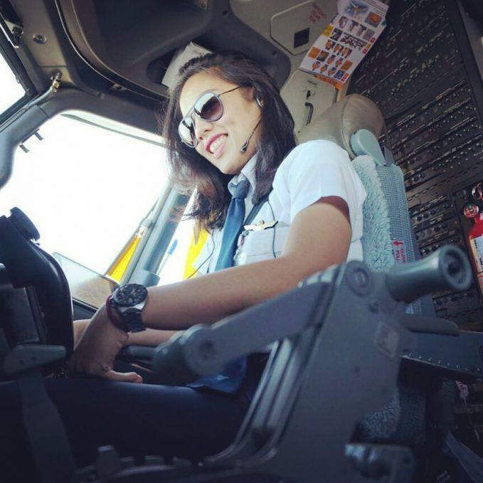 Lagi ngeliatin apa sih mbak Soraya Syahnaz di kokpit?. Lagi ngecek-ngecek lagi ya sebelum terbang?.