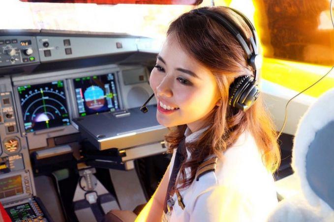 Gimana, udah siap terbang sama mbak Patricia Yora?. Let's go pulsker....jangan lupa berdoa ya. Emang deh, wanita-wanita cantik yang masih muda ini membanggakan banget prestasinya pulsker. Patut kita tiru nih sebagai anak Indonesia.