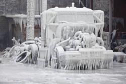 7 Foto Keren Saat Benda Tertutup Es Tebal dan Membeku di Musim Dingin