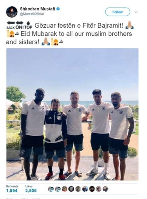 Nggak ketinggalan, pemain Arsenal berusia 25 tahun Skhodran Mustafi yang berfoto bersama rekan-rekannya di timnas Jerman mengucapkan selamat lebaran dengan bahasa Jerman.