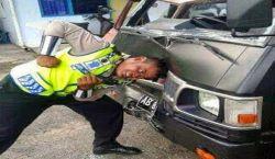 Nggak Selamanya Garang dan Menakutkan, 10 Tingkah Polisi Ini Justru Kocak Abis