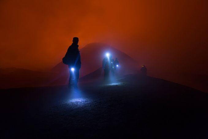 Ini adalah kumpulan pendaki yang baru turun dari kawah gunung api aktif Tolbachik di Kamchatka, Rusia.