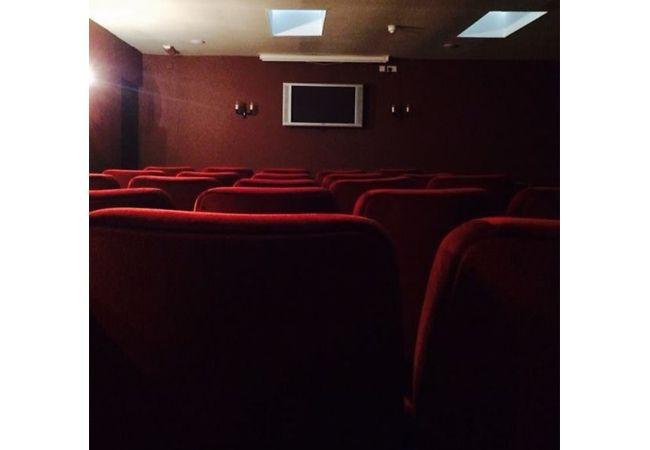 Enak banget deh, di hotel ini disediakan fasilitas bioskop untuk nonton film bareng. Tapi kalau TVnya sekecil ini, apa masih bisa kelihatan?