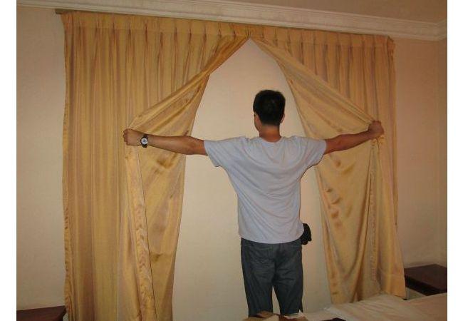 Ada korden besar di dalam kamar, pas dibuka..jeng..jeng..itu hanyalah tembok biasa..ckckck..