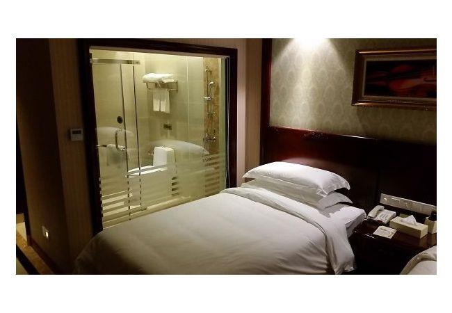 Kayanya yang tidur di tempat tidur ini nggak bakalan bisa tidur nyenyak kalau lagi ada yang mandi di kamar mandinya :D