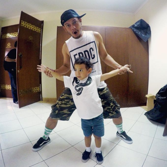 Like father like son..inilah potret Eno NTRL dan anaknya..lucu banget ya?!