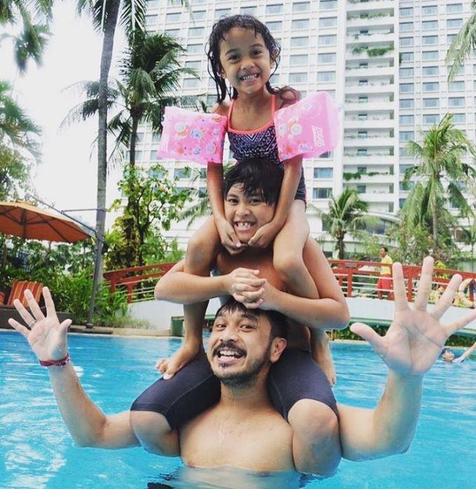 Giring Nidji memang dikenal sebagai Super Dad, jadi nggak heran kalau dia begitu dekat dengan anak-anaknya.
