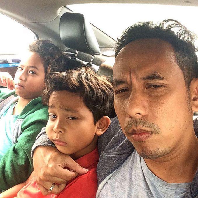 Inilah potret Pongky Baratha saat berpose dengan kedua anaknya yang beranjak dewasa.