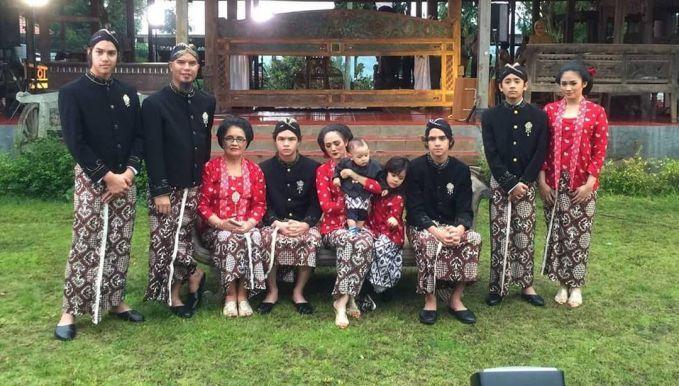 Ini adalah potret keluarga besar Pak Dhe Dani, terlihat juga kedua anak Mulan Jameela yang juga ikut dalam foto keluarga ini. Ini membuktikan kalau Pak Dhe nggak pilih kasih dengan anak-anaknya.