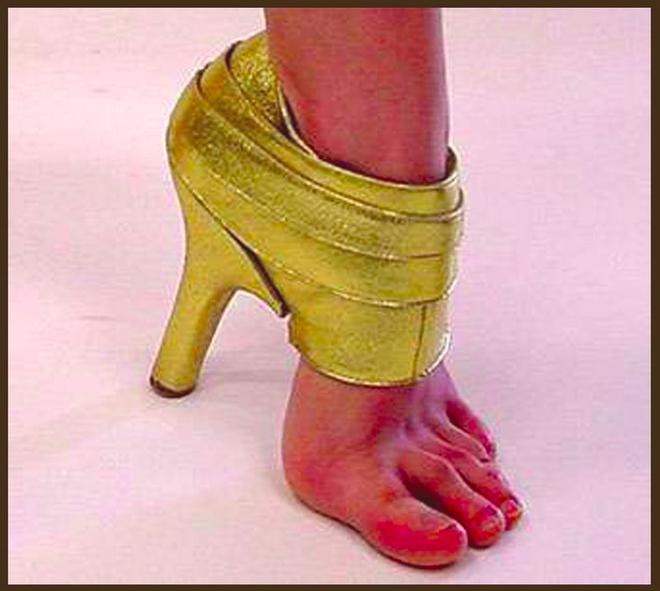 Warnanya yang kuning menyala karena adanya gliter di high heelsnya. Kalau separuh gini, terus kaki yang bagian depan gak terlindungi kebayang gimana sakitnya.