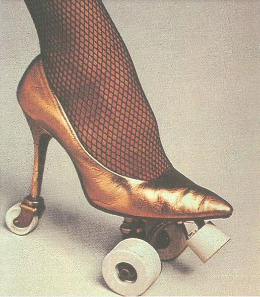 Yang mau pakai high heels ini harus punya skill khusus. Selain betah berlama-lama pakai sepatu hak tinggi, juga wajib bisa main sepatu roda.