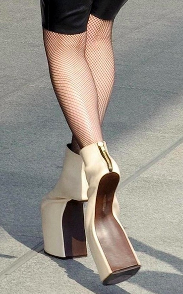 Dibutuhkan keseimbangan dan tahan capek kalau pengen punya sama kemana-mana pakai heels yang satu ini pulsker. Nyaman nggak ya?.