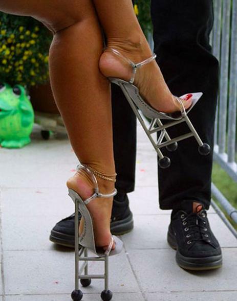 Ada lagi lho heels unik yang haknya seperti kaki-kaki kursi pulsker. Keinjek pasti sakit banget deh rasanya.