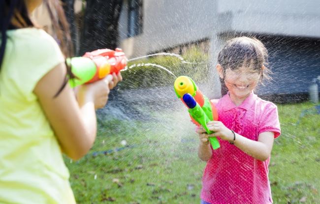 Mainan tembak-tembakan Saat anak-anak menggunakan mainan ini, bisa dipastikan jika mereka sering mengabaikan pengambilan jarak lawannya. Akibatnya, mainan yang biasa diisi oleh peluru mainan, atau air ini bisa melukai mata atau anggota tubuh lainnya.