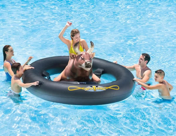 Ada lagi yang mananya InflataBull, pelampung ini memberikan sensasi yang berbeda. Karena kalian bisa melakukan permainan ala rodeo ditengah kolam pulsker. Nah, kalau minat catat ya harganya cuma 50 dolar. Berapa rupiah ya?.