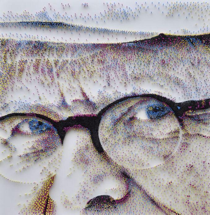 Untuk membuat sosok wajah sang pelukis dibutuhkan 250 kilogram paku baja lho pulsker. Setelah paku-paku terkumpul, barulah diwarnai agar terlihat menarik.