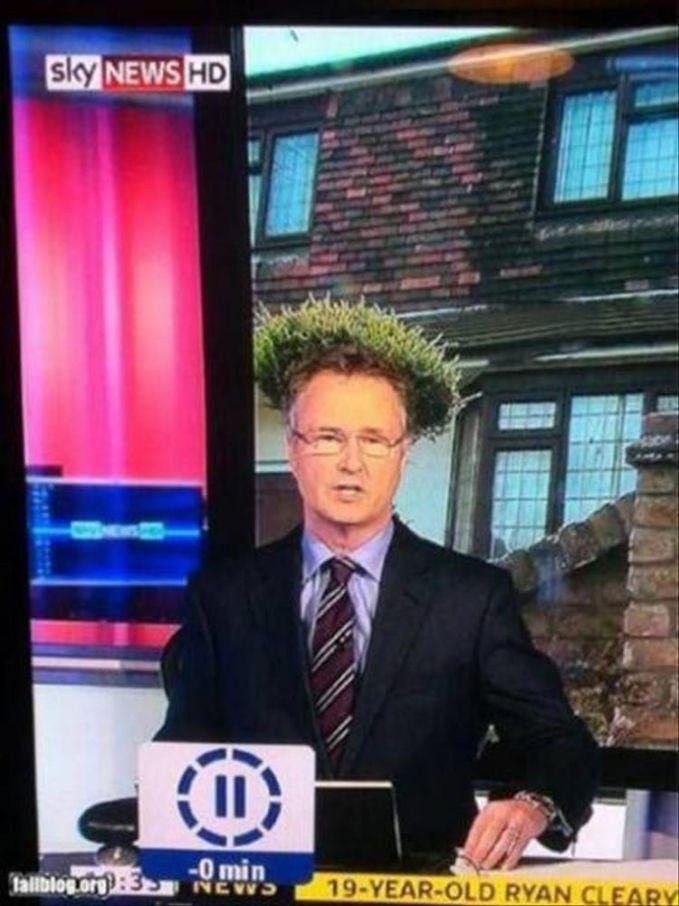 Pembaca berita ini terlihat seperti memakai wig dedaunan di kepalanya.