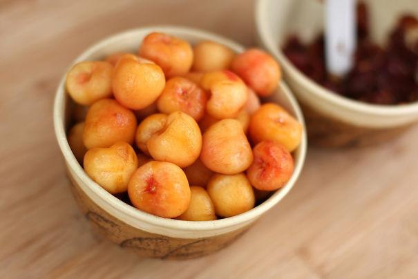 Jangan terkecoh, ini bukan snack atau camilan lho pulsker. Yang kalian liat ini adalah buah ceri yang kulitnya dikupas dengan penuh hati-hati.