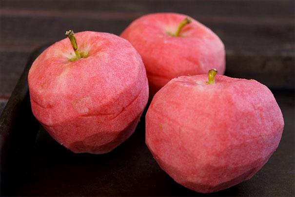 Sepertinya manis nih buah apelnya pulsker. Coba kalian liat daging apelnya yang warnanya merah muda segar. Jadi pengen makan deh.