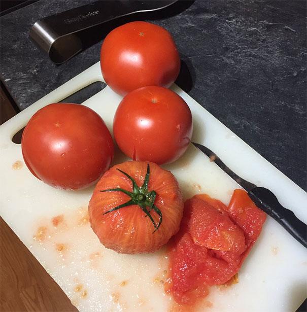 Mau bikin sambal tomat sampai ngupasnya kayak gini banget. Nggak sayang tuh, ngupasnya lama terus tomatnya di jus atau dibikin sambal. Itu dia pulsker, deretan foto cara mengupas buah yang sempurna banget. Bisa nih kalian praktekin dirumah.