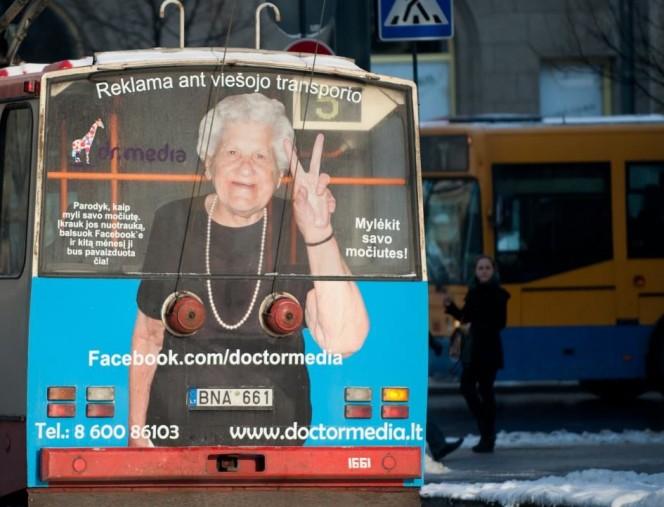 Promosi lainnya juga dilakukan perusahaan media lewat iklan di bus umum pulsker. Awalnya sih nggak ada yang aneh sama gambar si nenek. Coba deh perhatikan lagi, apanya yang aneh.