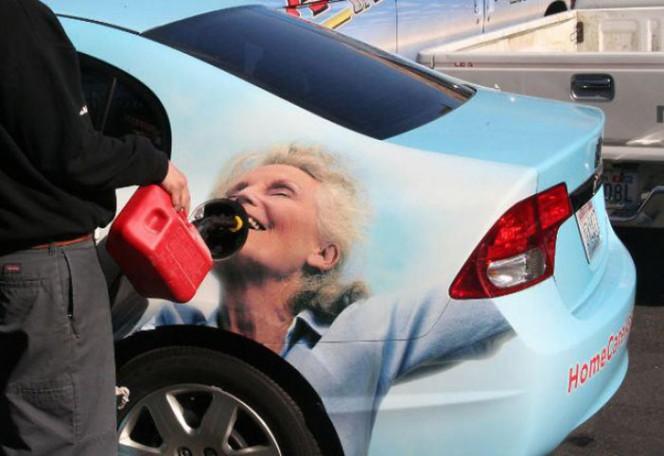Waduh, iklan yang ada di taksi ini mulutnya kok pas banget ada di mulutnya. Jadinya kayak orang lagi minum pulsker.