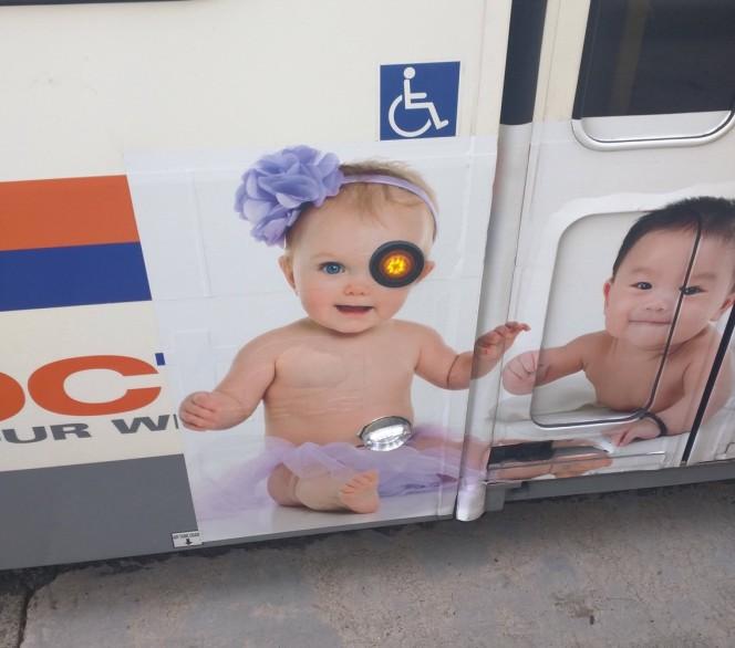 Wah, mata bayinya yang sebelah kiri jadi kayak robot kalau gitu pulsker. Entah disengaja apa nggak tapi yang pasti gokil banget. Itu dia pulsker beberapa gambar iklan di fasilitas umum yang penempatannya kurang tepat. Mana yang paling gokil menurut kalian?.