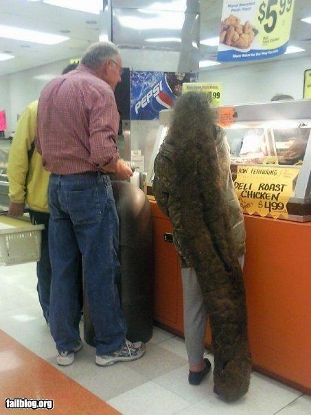 Pas lagi ketemu orang kayak gini di jalanan atau lagi belanja di toko waktu ngantri rasanya merinding juga ya?. Ini beneran orang apa hantu?.
