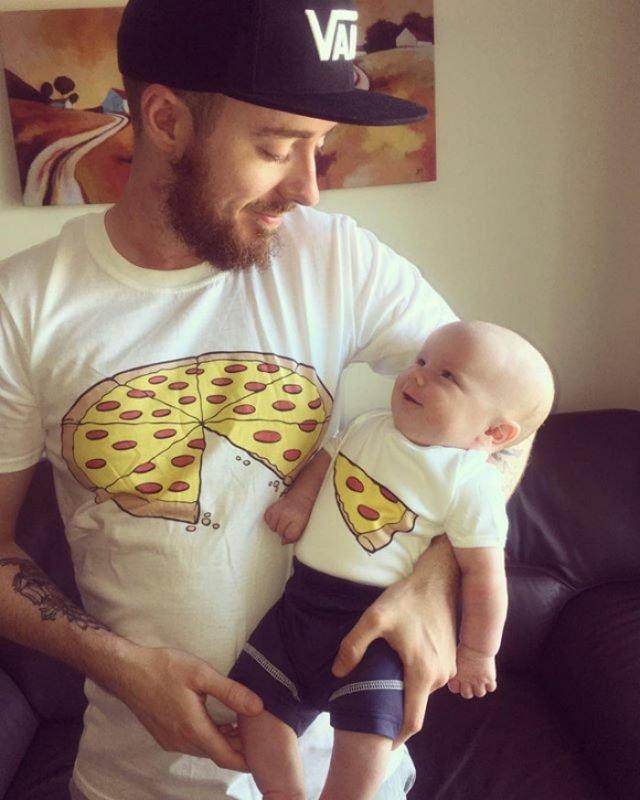 Kaos ini mengandaikan jika sang anak adalah sepotong slice pizza dari ayahnya.
