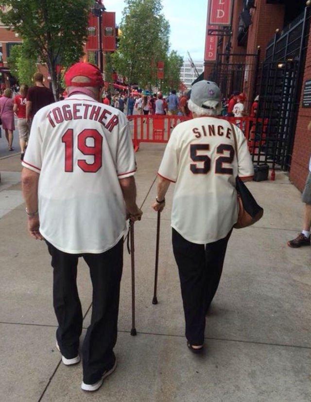 Bersama sejak tahun 1952. Baju couple ini membuktikan jika pasangan lansia ini sangat langgeng.