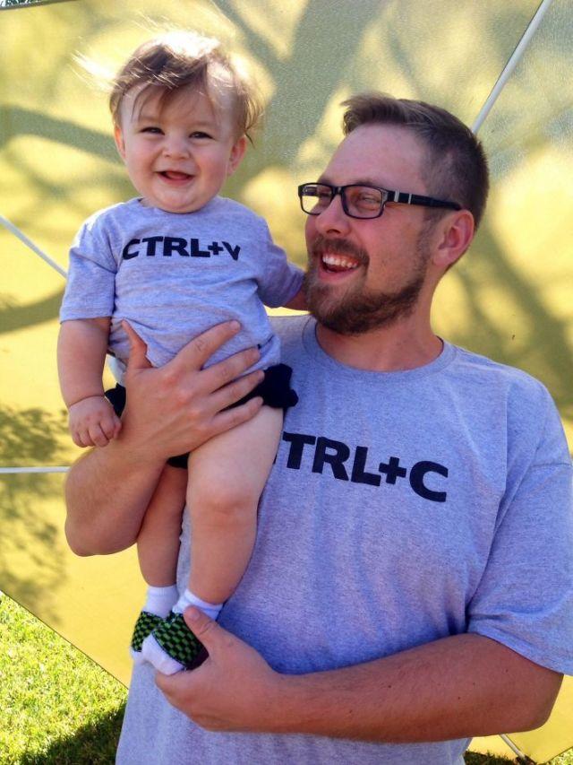 Ctrl+C artinya copy, Ctrl+V artinya paste. Ini maksudnya saking miripnya, si anak sampai disebut sebagai hasil copy paste dari ayahnya. Menginspirasi banget kan kaosnya.