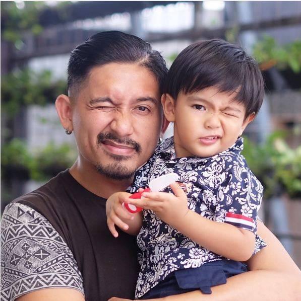 Baby Ray lama kelamaan mirip banget wajahya dengan Daddy @tailwagging, Papa Ryan Dellon.
